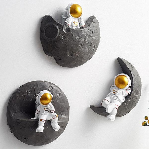 在月球上空的宇航员装饰